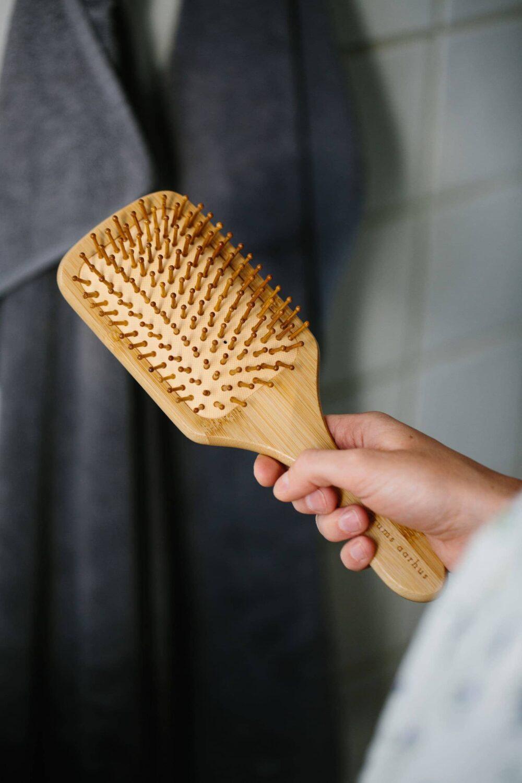 Grums bambushårbørste i hånd